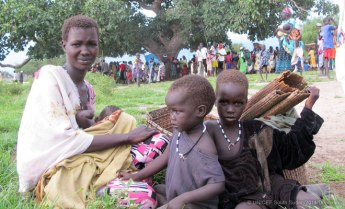 © UNICEF South Sudan/2014/Donovan | Cuaca, 22, with her daughters Nyadieng, Mawiek and Nyawech, waiting to receive food vouchers during a UNICEF/WFP Rapid Response Mission in Pathai, Jonglei State, South Sudan. She has already spent several hours waiting to register.