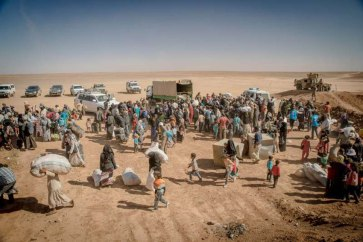 Hundreds of refugees from Syria cross the border into Jordan, receiving food and water before being transported to processing centres. Photo: UNHCR/J.Kohler