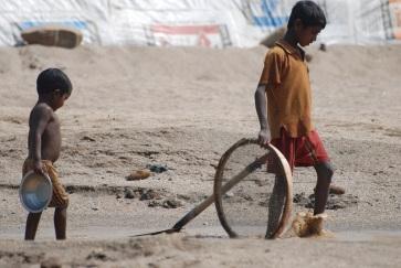 Children engaged in stone and sand collection in Jaflong, Sylhet (Bangladesh). UN/Regina Merkova