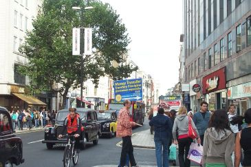 **Remittance advertising in Oxford Street, London with Polish and Russian slogans | Source: Kaihsu Tai | Author: Kaihsu Tai | Wikimedia Commons.