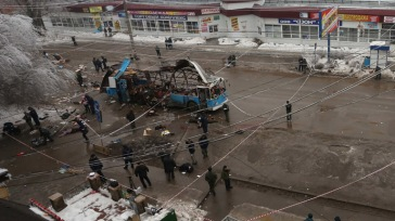 Agents of law enforcement and operative services work at the site of an explosion on a trolleybus near Kachinsky Market in Volgograd. (RIA Novosti) | Source: RT