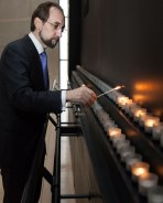 High Commissioner Zeid Ra'ad Al Hussein lights a candle in the Museum's Hall of Remembrance. Credit: U.S. Holocaust Memorial Museum | Photo: Miriam Lomaskin | UN