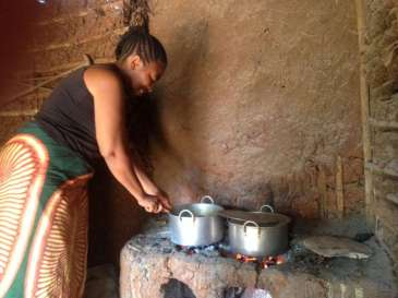 © UNHCR Photo Unit |Congolese refugee Masika tends to a bubbling stew in her restaurant in Ethiopia's Sherkole camp.