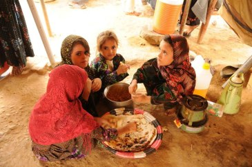 Amid fighting, WFP is distributing food to save the lives of 105,000 displaced people in Aden, Yemen. Photo: WFP Middle East and North Africa region (MENA).