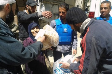 UNRWA distributes life-saving assistance to displaced civilians from Yarmouk in Yalda, Syria. Photo: UNRWA