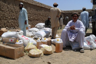 Aid distribution for displaced persons in Khost province, Afghanistan. Photo: UNHCR (file)