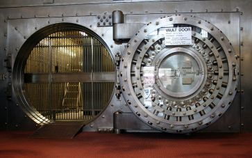 ***Large door to an old bank vault. | Author: Jonathunder | This file is licensed under the Creative Commons Attribution-Share Alike 3.0 Unported license. | Wikimedia Commons