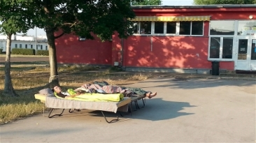 **Photo: IRIN | New arrivals at the Debrecen centre for asylum seekers in Hungary have to sleep outside because of overcrowding.