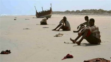 **Photo: J.Björgvinsson/UNHCR | Exhausted survivors of the Gulf of Aden crossing wait for help on a beach in Yemen (file photo)