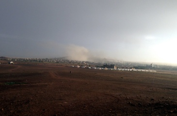 **A view point of the city Kobanê, in Syrian Kurdistan, during the bombardment of ISIL targets by US-led forces, The photo has been taken from Turkish-Syrian border (Suruç) | Photo: M. Akhavan / Persian Dutch Network | PersianDutchNetwork | Wikimedia Commons