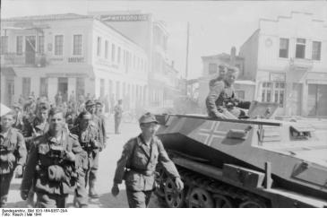***German soldiers enter Athens in 1941. | Photographer: Rauch | Institution: German Federal Archives Link back to Institution infobox template wikidata:Q685753 | This image was provided to Wikimedia Commons by the German Federal Archive (Deutsches Bundesarchiv) as part of a cooperation project.