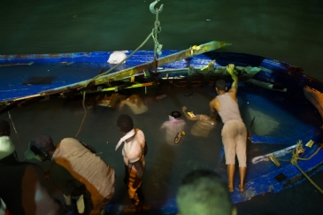 (3) Photo by Mohamed Ben Kalifa/IRIN | As the boat was towed into port, the grim task of removing trapped bodies began