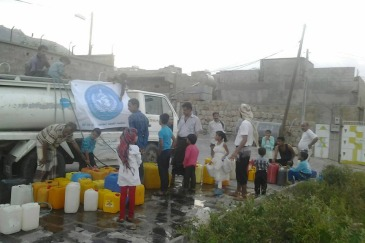 The World Health Organization (WHO) delivering water to residents of Taiz City, Yemen, where water scarcity is a major problem. Photo: WHO Yemen