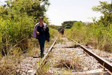 A woman from El Salvador walks along train tracks in Chiapas, Mexico, October 2015. | Source: UNHCR