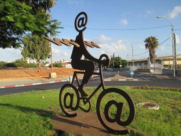 800px-PikiWiki_Israel_32304_The_Internet_Messenger_by_Buky_Schwartz