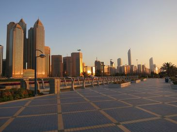800px-Abu_Dhabi_Skyline_fron_Corniche_Rd