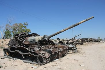 800px-Tanks_outside_of_Misrata_(6)_(8288579409)