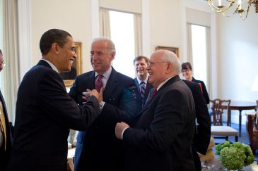 800px-barack_obama__joe_biden_with_mikhail_gorbachev_3-20-09