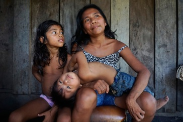 Munduruku Mother and Children Portrait in the AmazonRetrato de mãe Munduruku com seus filhos.
