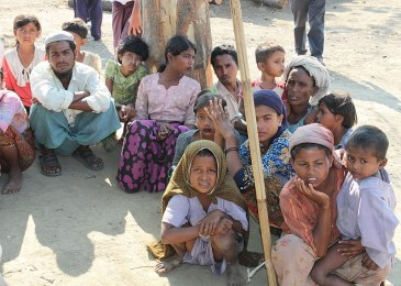 800px-Displaced_Rohingya_people_in_Rakhine_State_(8280610831)_(cropped)