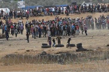800px-Gazan_Protestors_near_Karni_Crossing_on_4_May_2018