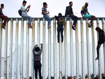 Migrants-trying-to-cross-border-fences