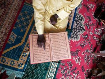 senegal_-_imam_reading_the_quran_in_dakar_-_by_anna_pujol-mazzini_for_iom