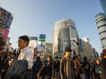Pedestrians-on-a-crowded-street-in-Tokyo