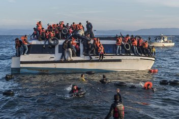 800px-20151030_Syrians_and_Iraq_refugees_arrive_at_Skala_Sykamias_Lesvos_Greece_2