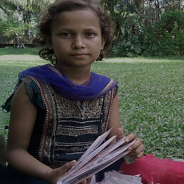 Girl-selling-oyster-garlands-in-Coxs-Bazar-ph-Saurab-Barua