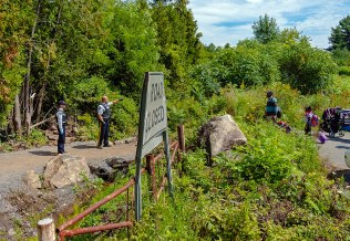 1024px-RCMP_telling_asylum_seekers_attempting_to_cross_border_that_they_must_enter_Canada_somewhere_else_since_this_is_not_an_official_entry_point